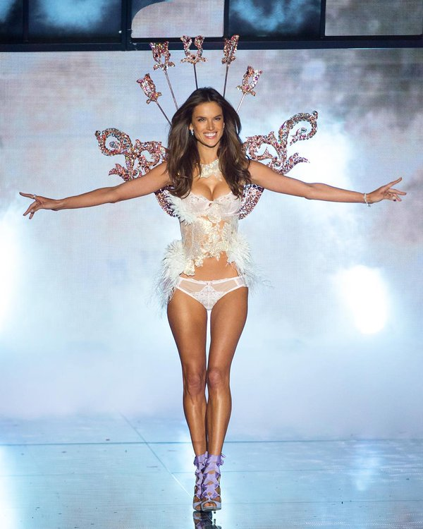 2015-Victorias-Secret Fashion-Show-alessandra-ambrosio-portait-of-an-angel