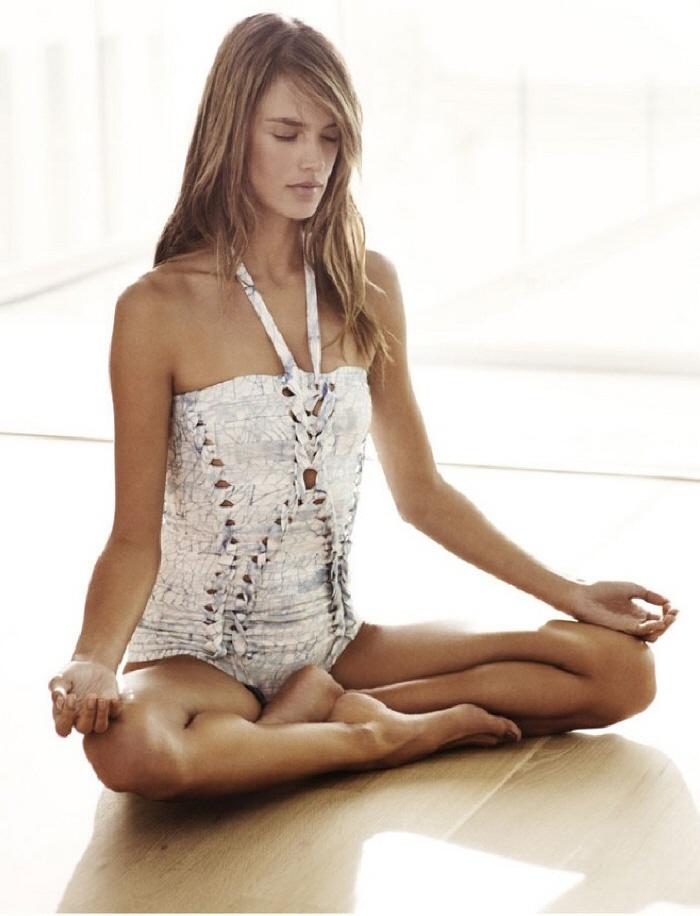alessandra-ambrosio-balance-yoga-meditation