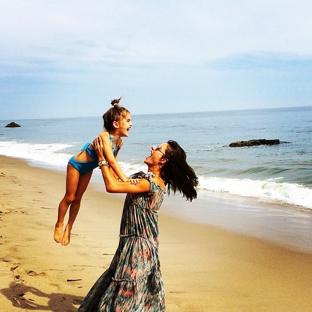 alessandra-ambrosio-daughter-anja-beach